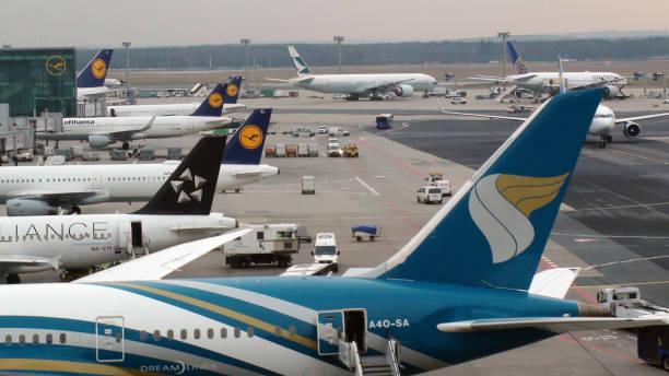 frankfurt international airport en de vliegtuig scene in duitsland europa - luchthaven frankfurt am main stockfoto's en -beelden