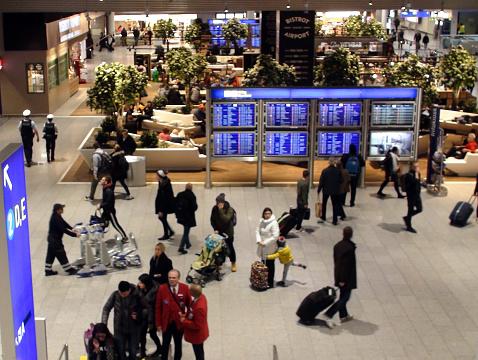 Frankfurt International Airport Terminal Plus Mensen Scène In Duitsland Europa Stockfoto en meer beelden van Analoog