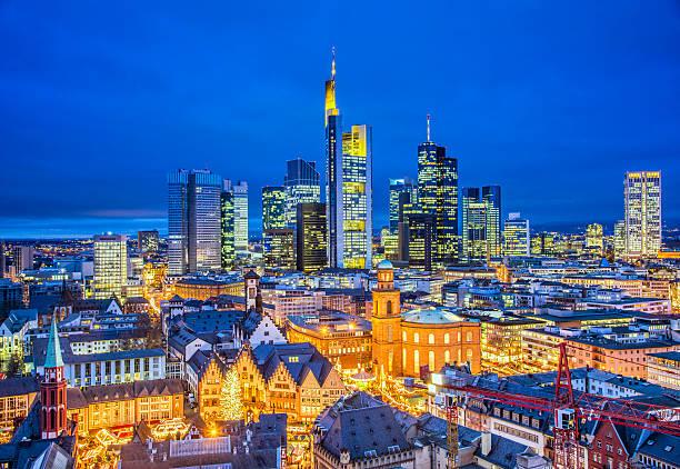 skyline von frankfurt in der weihnachtszeit - stadt frankfurt stock-fotos und bilder