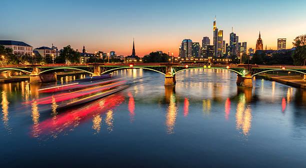 Frankfurter skyline bei Nacht – Foto