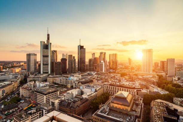 skyline von frankfurt - stadt frankfurt stock-fotos und bilder