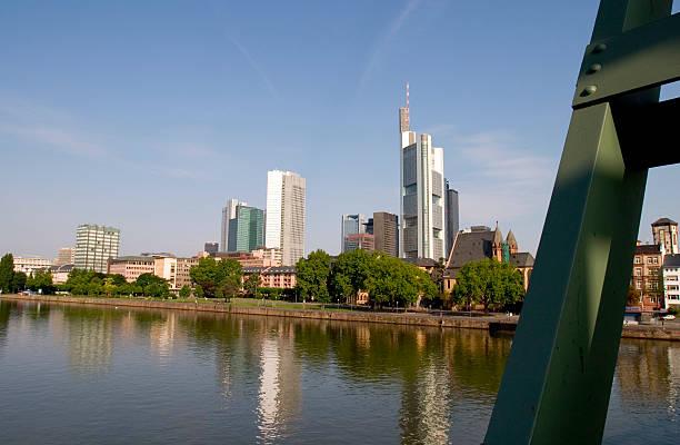 skyline von frankfurt - parkhaus frankfurt stock-fotos und bilder