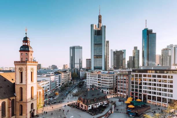 frankfurt skyline z kościołem świętej katarzyny, hauptwache i dzielnicy finansowej - niemcy zdjęcia i obrazy z banku zdjęć