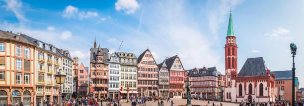 Frankfurter Touristen in Romerberg Alstadt Altstadt-Wahrzeichen Panorama Deutschland – Foto