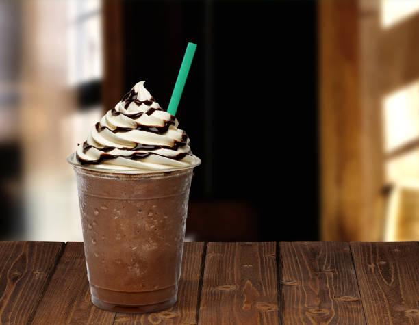frappuccino in mitnehmen-cup - mocca stock-fotos und bilder