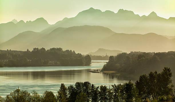 fraser river in the morning, vancouver,bc - vancouver canada stockfoto's en -beelden