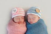 二卵性双生児ベビー兄と妹