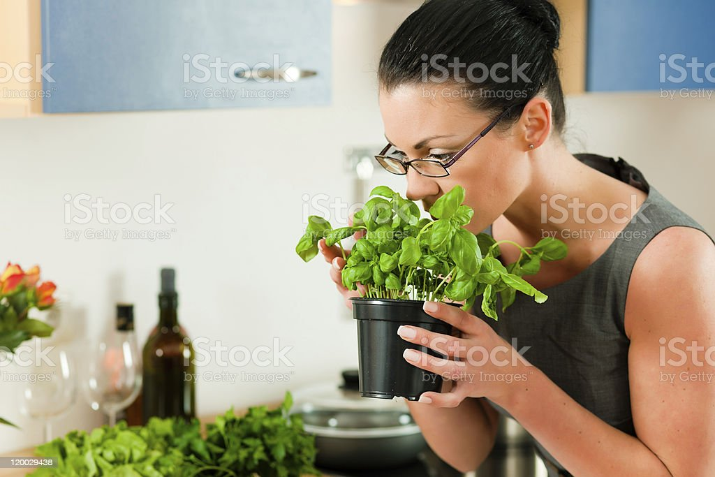 Frau cooking in kitchen royalty-free stock photo