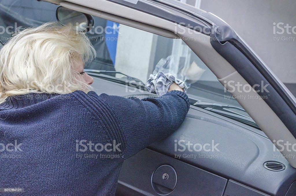 Frau putzt Autoscheibe stock photo