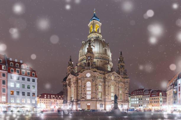 frauenkirche in der nacht in dresden, deutschland - münchner frauenkirche stock-fotos und bilder