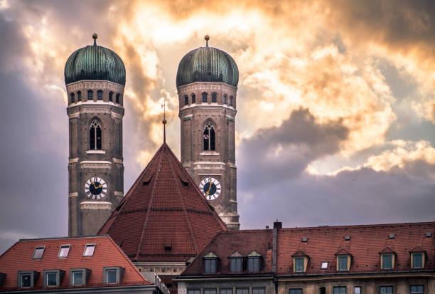 frauenkirche - kathedrale unserer lieben frau, münchen, deutschland - münchner frauenkirche stock-fotos und bilder