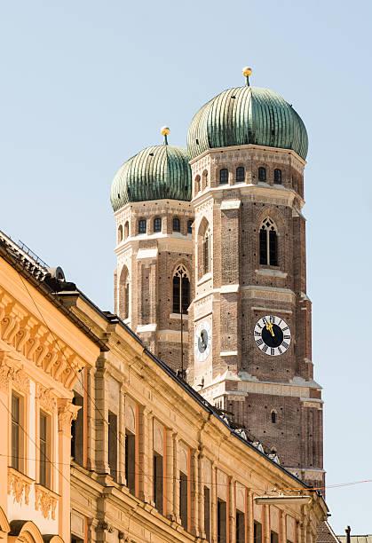 frauenkirche in münchen - münchner frauenkirche stock-fotos und bilder