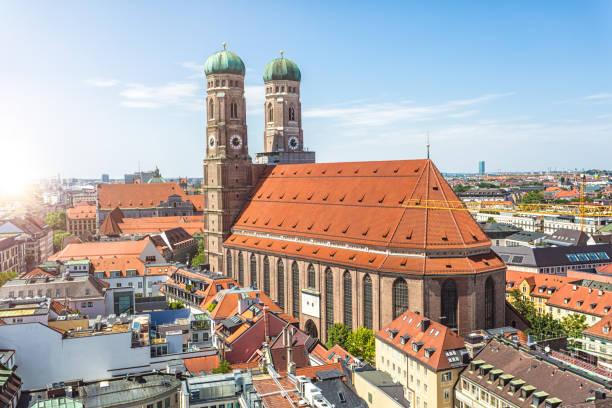frauenkirche in münchen mit sonne - münchner frauenkirche stock-fotos und bilder