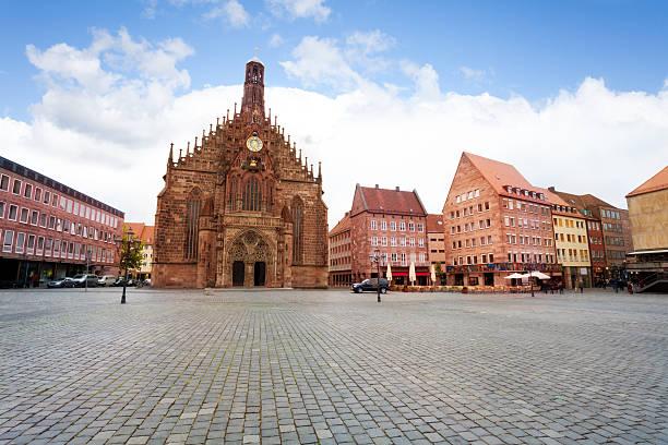 blick auf frauenkirche hauptmarkt square, nürnberg - münchner frauenkirche stock-fotos und bilder