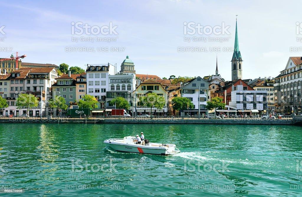 Fraumunster Church motor boat at Limmat Zurich foto stock royalty-free