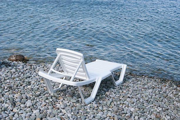 free beach sunbed on sea shore - gratis solarium stock-fotos und bilder