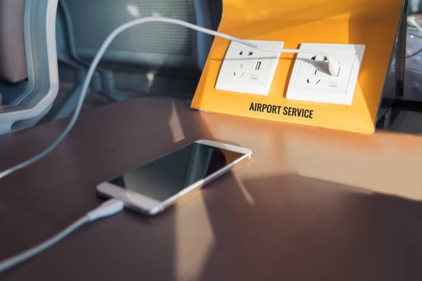 gratis strom-stecker und usb-stecker, akku ladestation am flughafen. - iphone gratis stock-fotos und bilder