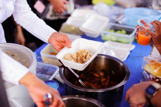 Kostenloses Essen ist die Hoffnung der Menschen ohne Geld, haben die Menschen keine Adresse: Das Konzept des Teilens – Foto