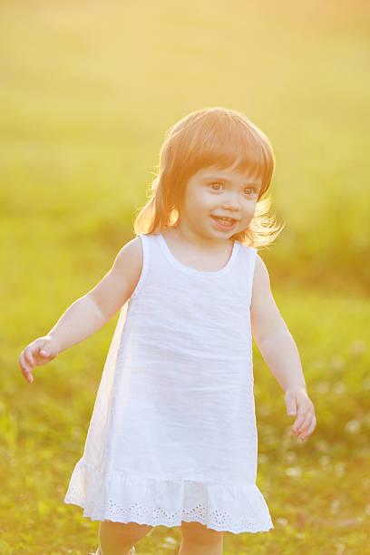 kostenlose glückliches kleines mädchen - drees und sommer stock-fotos und bilder