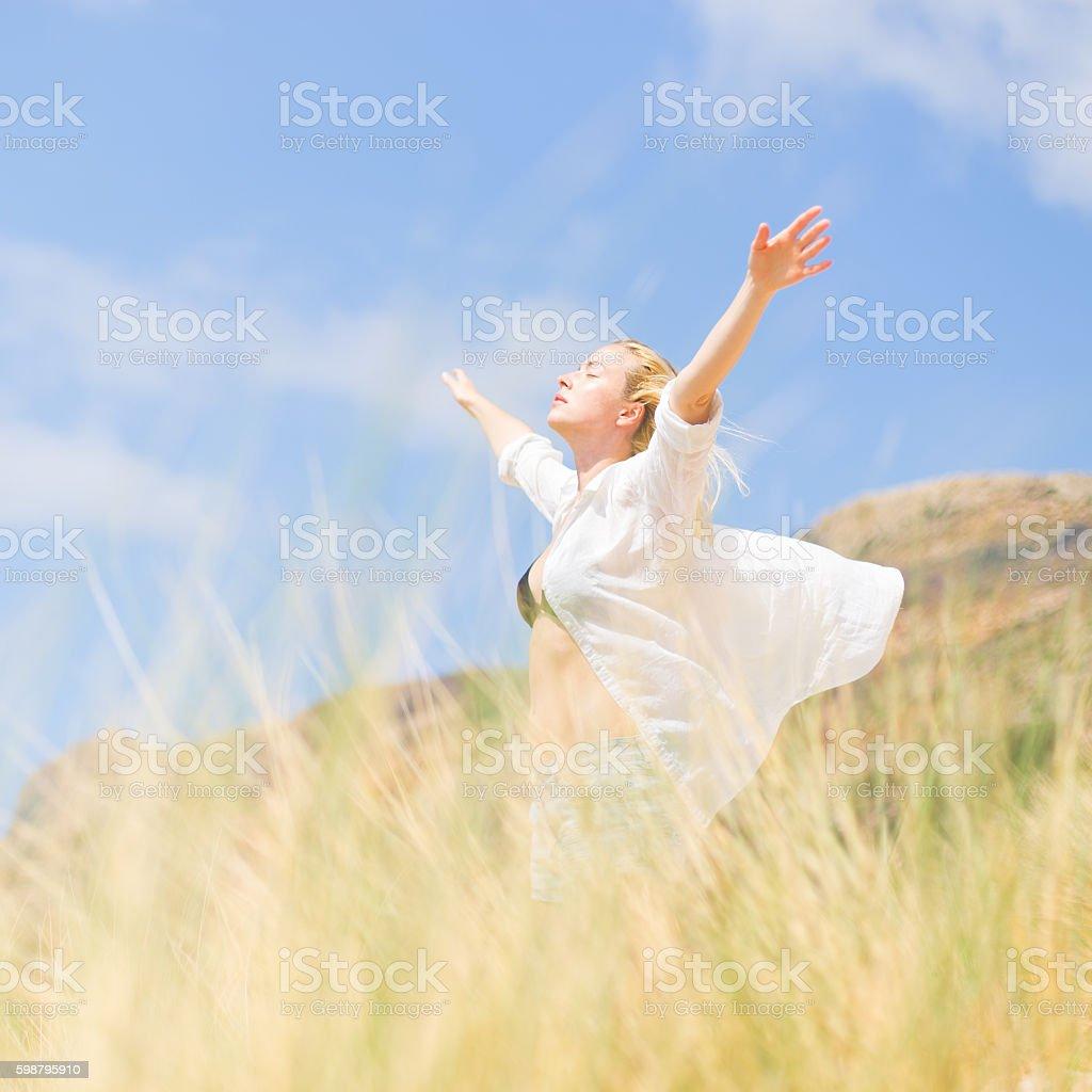 Kostenlose Glückliche Frau Genießen Sie Sonne Auf Urlaub Stockfoto