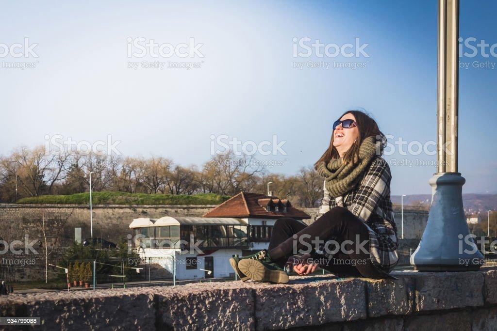 무료 행복 한 여자 즐기고 일요일 봄 시간입니다. - 로열티 프리 강 스톡 사진