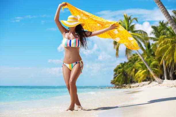 Freie fröhliche Frau, die die tropische Karibikinsel Saona, Dominikanische Republik, genießt. Sommerurlaub und gesundes Wohnkonzept – Foto