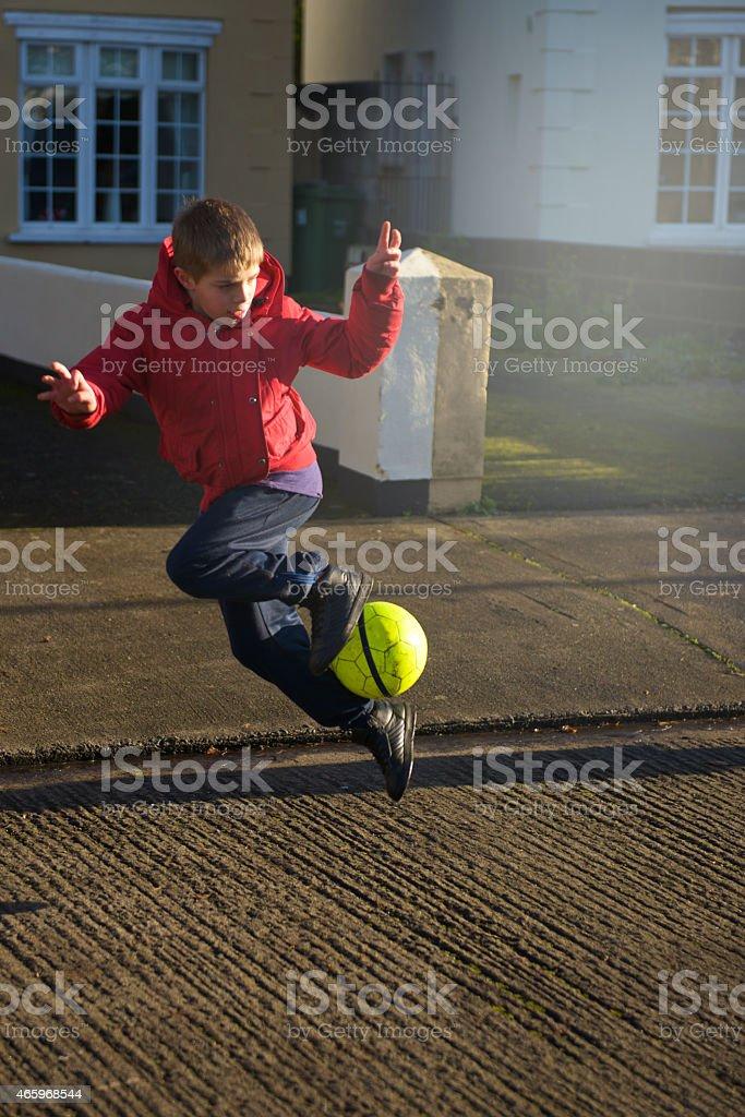 free style Fußballspieler kid in the street – Foto