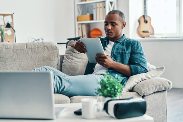 집에서 자유 시간. - 디지털 태블릿 사용하기 뉴스 사진 이미지