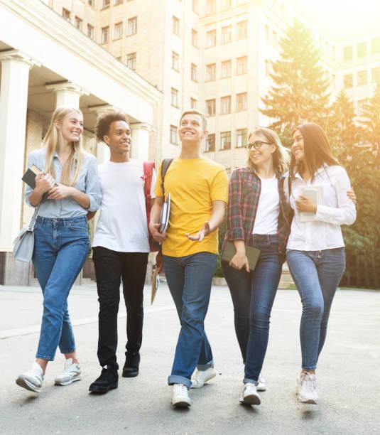 free time of students, bachelor's campus life rhythm - compagni scuola foto e immagini stock