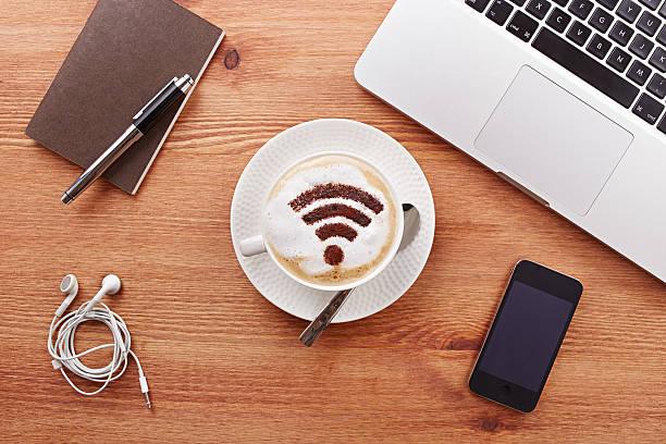 kostenfreies w-lan bereich zeichen auf einen kaffee latte - iphone gratis stock-fotos und bilder