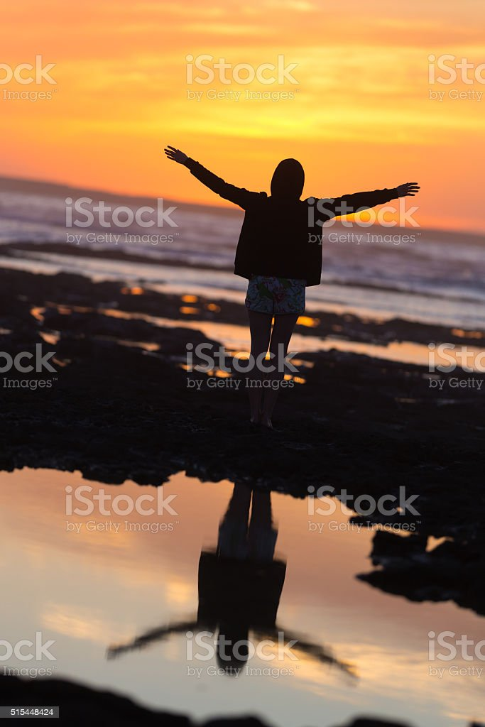 Kostenlose Frau genießen Freiheit am Strand bei Sonnenuntergang. Lizenzfreies stock-foto