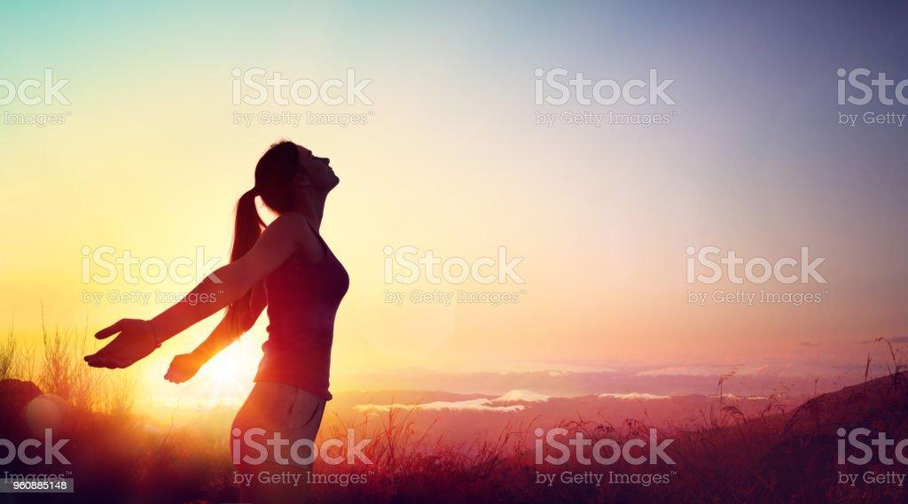 Freiheit und gesundes Konzept - schönes junges Mädchen gegen Sonnenuntergang – Foto