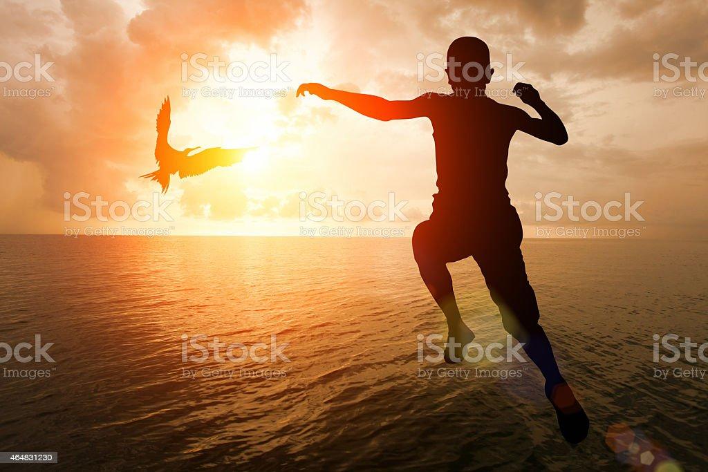 La libertad: Niño saltar en agua marina con pájaros volando - foto de stock