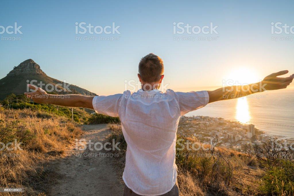 自然の中で夕暮れ時男の両腕の自由 ロイヤリティフリーストックフォト