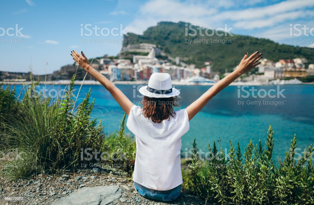Freedom young girl with hands up in sea, Italy foto stock royalty-free
