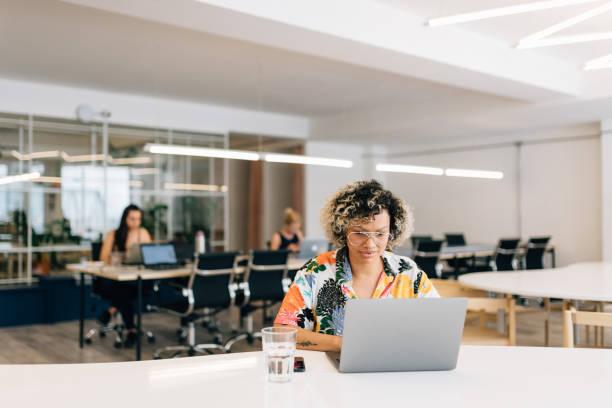 自由職業者在共同工作辦公室工作 - 虛擬辦公室 個照片及圖片檔