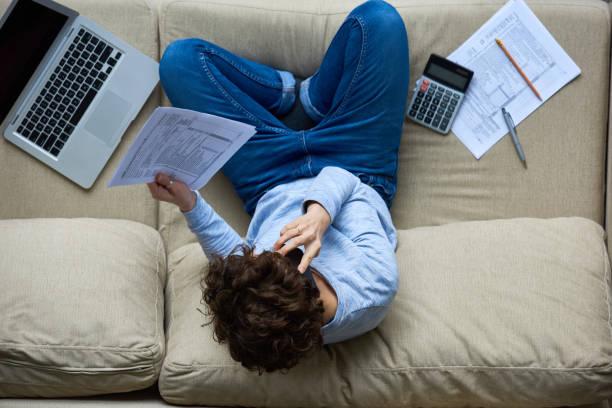 Freier Finanzberater im Telefongespräch zu Hause – Foto