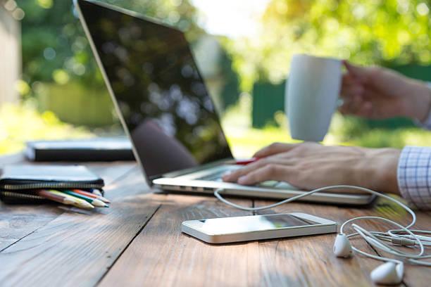自由契約労働 - オフィス外勤務 ストックフォトと画像