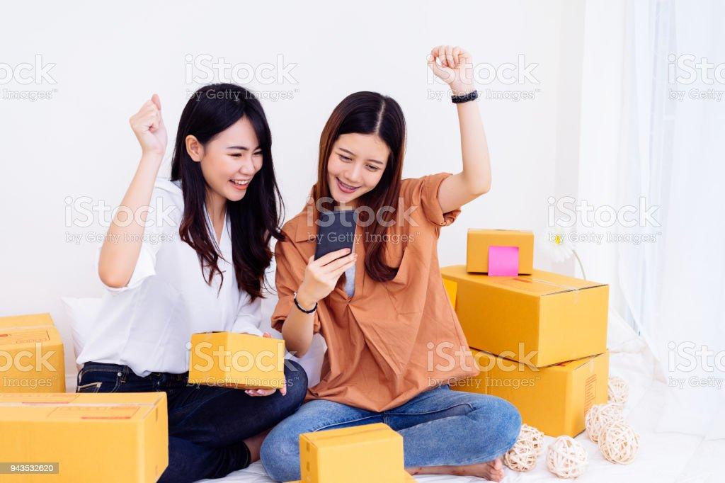 Des Pme Travail Dequipe De Pigiste Femmes Asiatiques Travaillant Au