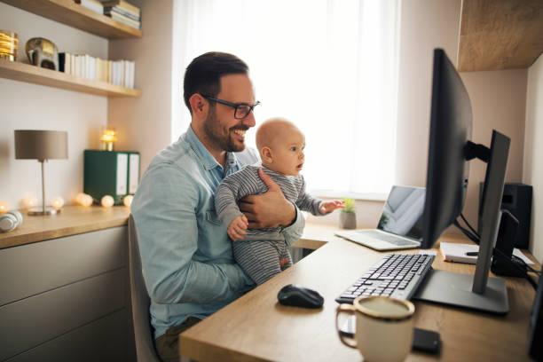 freelancer bij home - medewerkerbetrokkenheid stockfoto's en -beelden