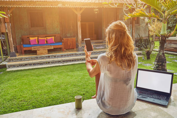 freelancer-mädchen mit smartphone, kaffee / tee und laptop auf einer startseite veranda. - garden types stock-fotos und bilder