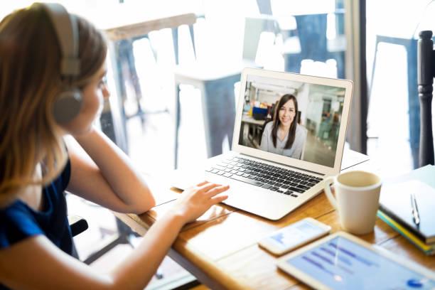 Freelance con el portátil trabajando en café - foto de stock