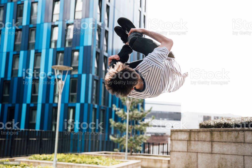 Freerunner tun Flips in der Stadt Lizenzfreies stock-foto