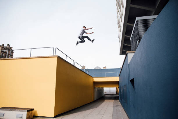 freerunner in the city - daredevil stock pictures, royalty-free photos & images