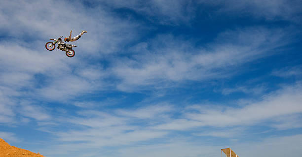 freestyle motocross rider - daredevil stock pictures, royalty-free photos & images
