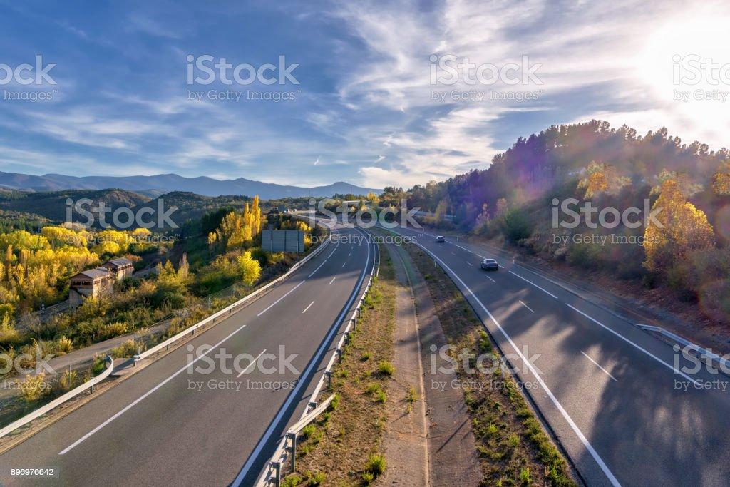 Autopista A-6 en España, con vegetación de follaje de otoño; vista de ángulo alto - Foto de stock de Aire libre libre de derechos