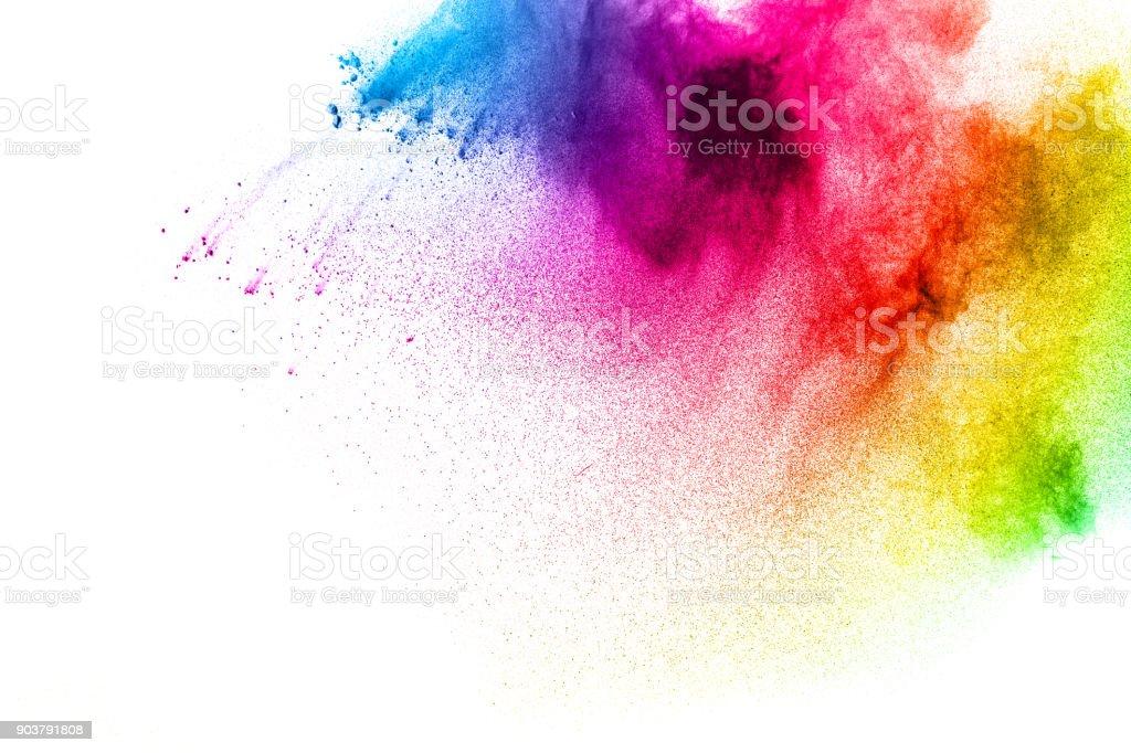 暗い背景上で爆発カラフルな塗装の粉体の動きを凍結します。紫の色塵雲の抽象的なデザイン。紫の粒子の爆発。カラフルなスプラッシュには、黒い背景に粉が描かれています。 ストックフォト