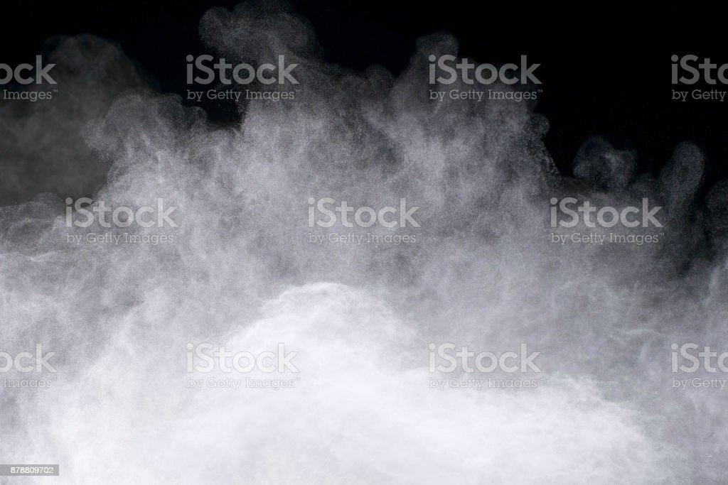 Frieren der Bewegung des weißen Pulvers Explosionen auf schwarzem Hintergrund isoliert. – Foto