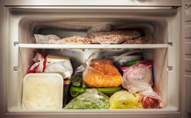 interior do congelador - comida congelada - fotografias e filmes do acervo