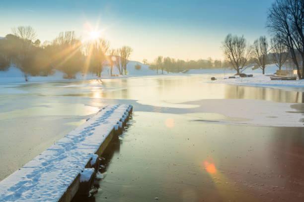 einfrieren-see im winter - münchen weather stock-fotos und bilder